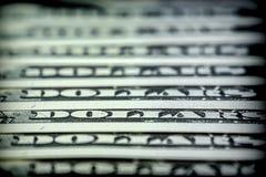 Les billets pour cent ont aligné les dollars un sur autre Photographie stock libre de droits