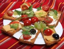 Les biscottes avec du fromage et garnissent Image libre de droits