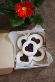 Les biscuit-coeurs de jour du ` s de Valentine avec la confiture dans la boîte et le gerbera fleurissent sur la table en bois Image stock