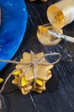 Les biscuits attachés avec de l'or de pignon de corde teignent, arrosant, créativité, étoile de Noël d'art Photo stock
