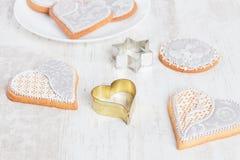 Les biscuits blancs de pain d'épice au coeur forment avec le coupeur de biscuit Images libres de droits