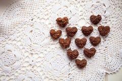 Les biscuits, bonbons présentés à un coeur forment images stock