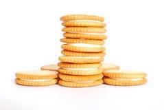 Les biscuits crèmes blancs sur le fond blanc Photo libre de droits