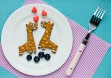Les biscuits créatifs pour des enfants sous forme de girafe avec frais soient Image stock