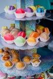 Les biscuits délicieux de macaronis dans une boîte ont photographié en gros plan image libre de droits