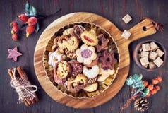 Les biscuits d'amande dans la pelle en bois à larde avec des écrous d'amande, sucrent Photographie stock libre de droits