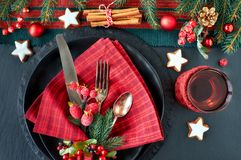 Les biscuits d'amande dans la pelle en bois à larde avec des écrous d'amande, sucrent Image stock