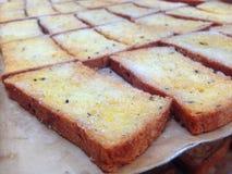 Les biscuits de beurre arrosent avec du sucre et le sésame noir est un casse-croûte populaire photographie stock