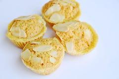Les biscuits de beurre mettent en forme de tasse l'amande de tranche d'écrimage sur le fond blanc Image stock
