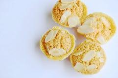 Les biscuits de beurre mettent en forme de tasse l'amande de tranche d'écrimage sur le fond blanc Images stock