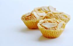 Les biscuits de beurre mettent en forme de tasse l'amande de tranche d'écrimage sur le fond blanc Photos libres de droits