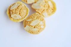 Les biscuits de beurre mettent en forme de tasse l'amande de tranche d'écrimage sur le fond blanc Photographie stock libre de droits