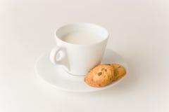 les biscuits de café mettent en forme de tasse le lait Images stock
