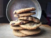 les biscuits de chocolat de puce ont empilé photos libres de droits