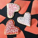 Les biscuits de coeur ont fait la Saint-Valentin et les coeurs cuire au four coupés du papier Photographie stock libre de droits