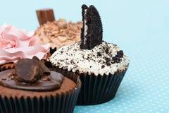 Les biscuits de fraise de chocolat et la tasse crème durcissent sur la nappe de vintage Images libres de droits
