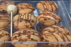 Les biscuits de lard ont bruiné avec le lustre d'érable sur un plateau en plastique Photographie stock libre de droits