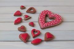 Les biscuits de miel au jour de valentines de St s'étendent sur la table en bois Photographie stock