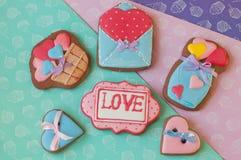 Les biscuits de miel de vacances s'étendent sur le fond différent de couleur Image libre de droits