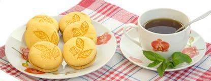 Les biscuits de montagne sur un plat avec Apple bloquent Photographie stock libre de droits