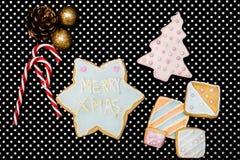 Les biscuits de Noël et les cannes de sucrerie, textotent joyeux Noël photographie stock