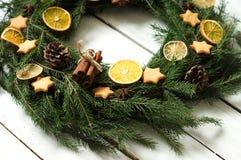 Les biscuits de Noël se tiennent le premier rôle dans la boîte sur la table photos stock