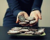 Les biscuits de offre de fille (pain d'épice) ces elle se tient dans des ses mains Image libre de droits