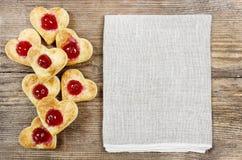 Les biscuits de pâte feuilletée dans la forme de coeur ont rempli de cerises Photographie stock libre de droits