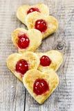 Les biscuits de pâte feuilletée dans la forme de coeur ont rempli de cerises Photographie stock