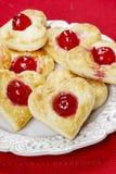 Les biscuits de pâte feuilletée dans la forme de coeur ont rempli de cerises Photo libre de droits