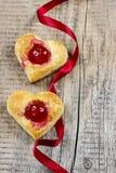 Les biscuits de pâte feuilletée dans la forme de coeur ont rempli de cerises Photo stock
