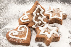 Les biscuits de pain d'épice arrosent avec du sucre en poudre Photo libre de droits