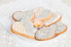 Les biscuits de pain d'épice au coeur forment du plat blanc Photos stock