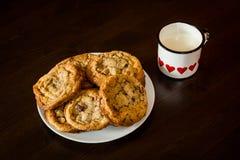 Les biscuits de puces de chocolat suisses ont arrangé sur une table Images stock