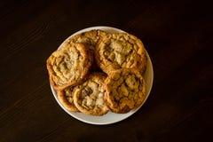 Les biscuits de puces de chocolat suisses ont arrangé sur une table Photo libre de droits