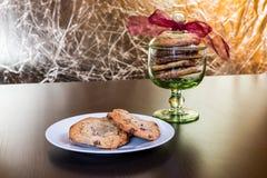 Les biscuits de puces de chocolat suisses ont arrangé sur une table Image libre de droits