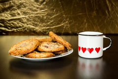 Les biscuits de puces de chocolat suisses ont arrangé sur une table Photographie stock