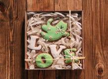 Les biscuits de vacances aiment le backgr de ruban d'emballage cadeau de chat de pain d'épice Photographie stock libre de droits