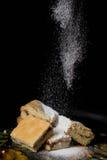 Les biscuits doux faits maison avec la confiture, arrosée avec du sucre en poudre, se ferment  Photos libres de droits