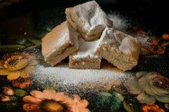 Les biscuits doux faits maison avec la confiture, arrosée avec du sucre en poudre, se ferment  Image stock