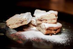 Les biscuits doux faits maison avec la confiture, arrosée avec du sucre en poudre, se ferment  Photo libre de droits