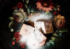 Les biscuits doux faits maison avec la confiture, arrosée avec du sucre en poudre, se ferment  Image libre de droits