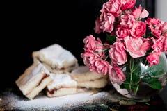 Les biscuits doux faits maison avec la confiture, arrosée avec du sucre en poudre, se ferment  Photographie stock libre de droits