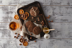 Les biscuits faits maison d'avoine ont fait cuire au four sur le plateau de vintage avec des écrous Photo libre de droits