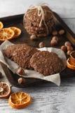 Les biscuits faits maison d'avoine ont fait cuire au four sur le plateau de vintage avec des écrous Photographie stock libre de droits