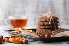 Les biscuits faits maison d'avoine ont fait cuire au four sur le plateau de vintage avec des écrous Images libres de droits