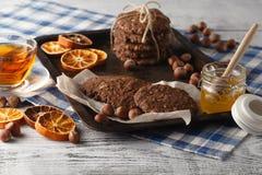 Les biscuits faits maison d'avoine ont fait cuire au four sur le plateau de vintage avec des écrous Photos libres de droits