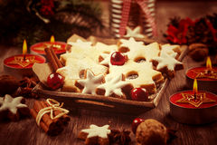 Les biscuits faits maison dans le vintage recherchent Noël Photos libres de droits