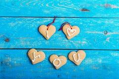 Les biscuits faits maison de forme de coeur sur le fond bleu, les mots I AIMENT YO Photo libre de droits