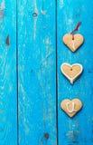 Les biscuits faits maison de forme de coeur sur le fond bleu, les mots I AIMENT YO Image libre de droits